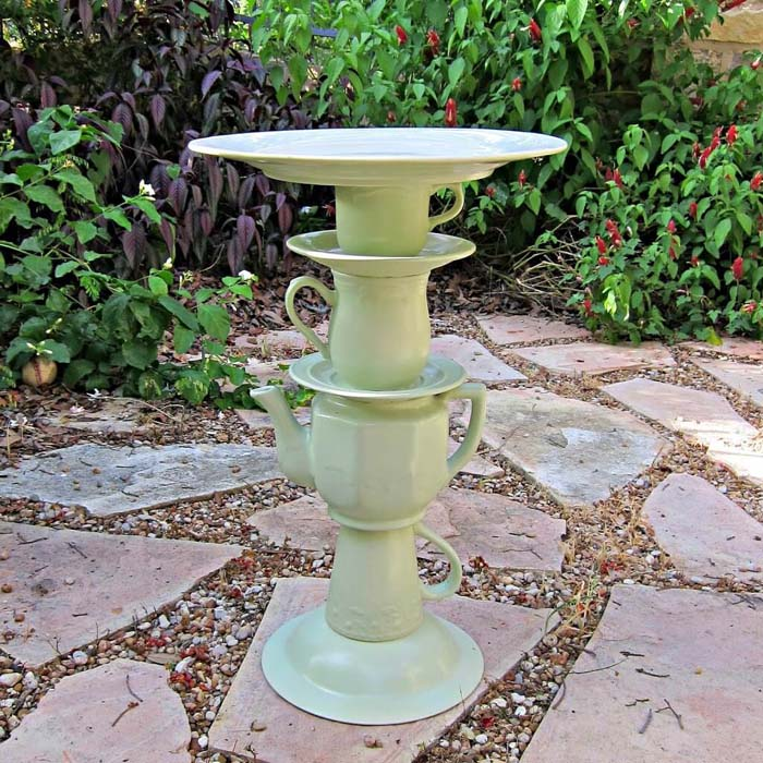 Sweet and Cute Tea Pot Bird Bath #diy #garden #decor #countryside #decorhomeideas