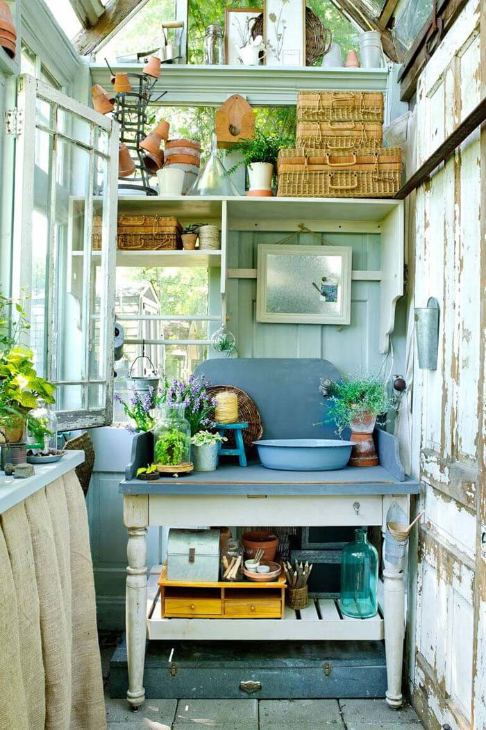 The Perfect Indoor/Outdoor Gardening Station #diy #potting #bench #garden #decorhomeideas