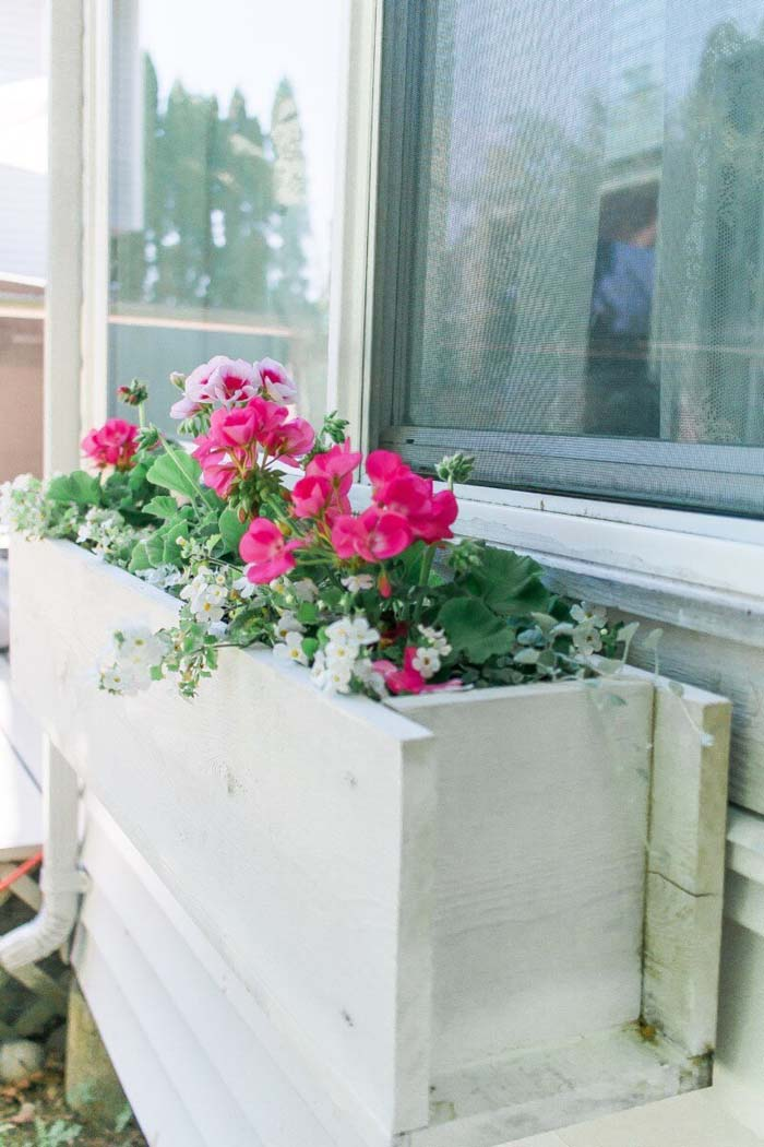 Turn a Pallet into a Window Planter Box #diy #pallet #garden #decorhomeideas