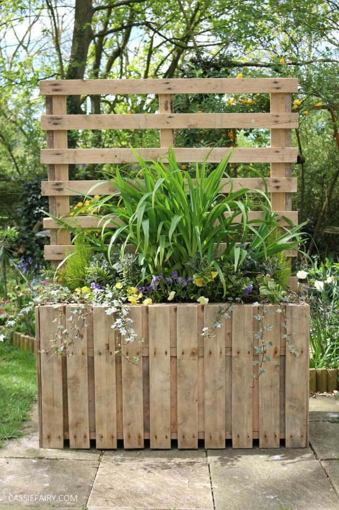 Upcycled Pallet Planter Stand for Backyard Privacy #diy #pallet #garden #decorhomeideas