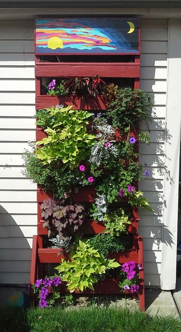 Vertical Planter from Recycled Wood Pallets #diy #pallet #garden #decorhomeideas