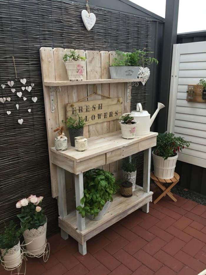 Whitewashed Picket Fence Backing Board #diy #potting #bench #garden #decorhomeideas