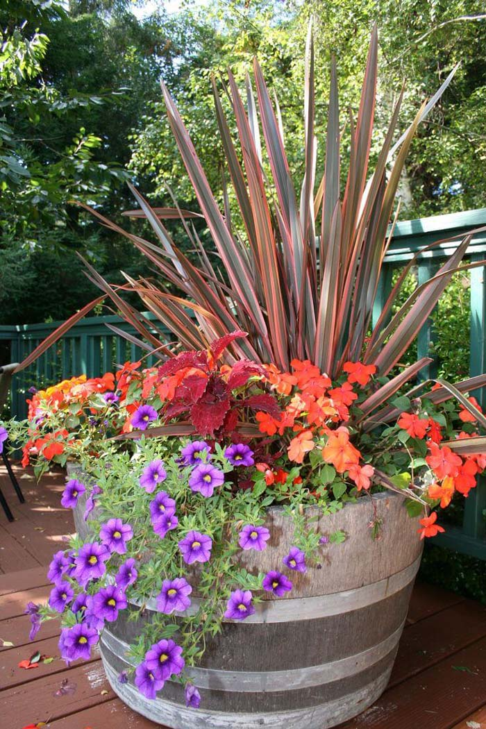 Barrel Planter with Petunias #diy #planter #porch #decorhomeideas
