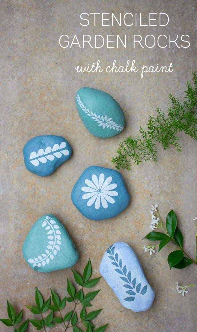 Chalk Paint Stenciled Garden Rocks #diy #paint #garden #decorations #decorhomeideas