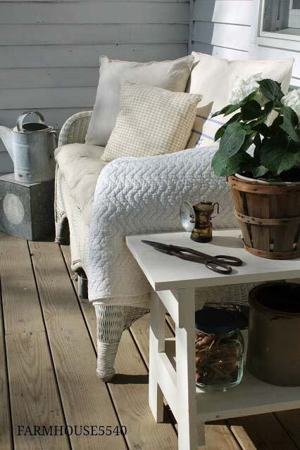 Cozy Farmhouse Bench #backyard #sitting #area #decorhomeideas