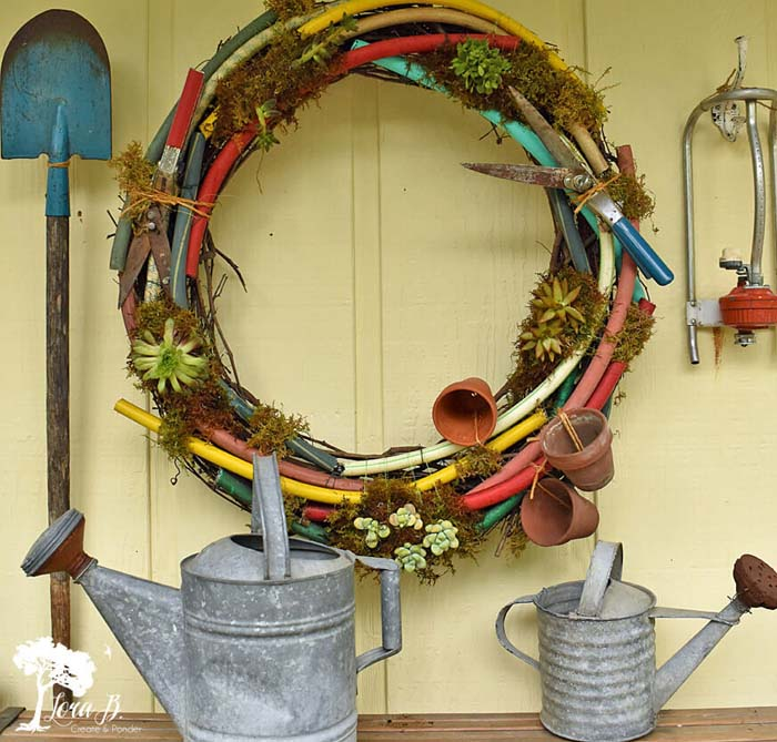 DIY Garden Hoses Wreath #garden #upcycled #diy #decorhomeideas