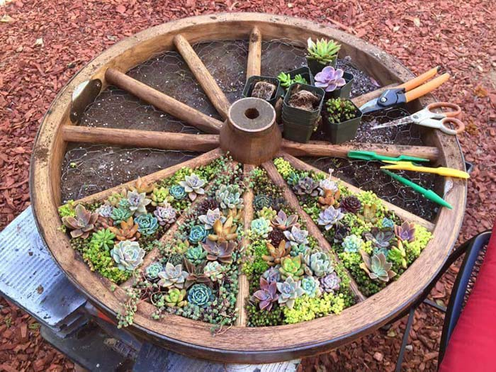 DIY Wagon Wheel Garden Container #garden #container #planter #decorhomeideas