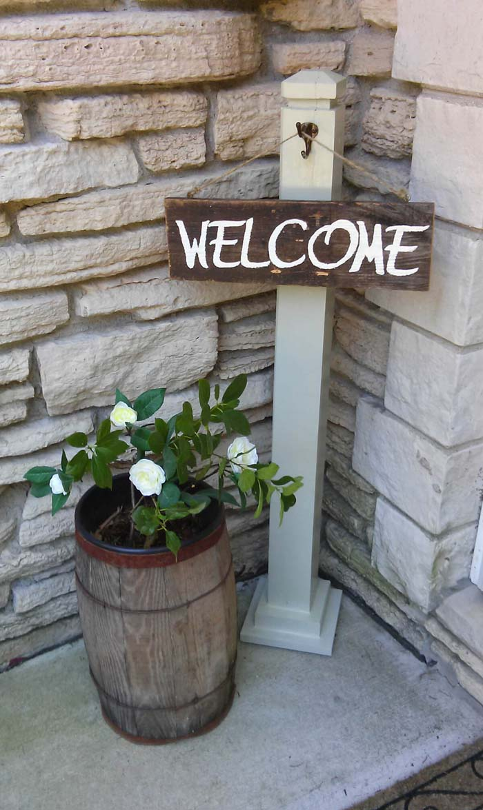 Front Porch Welcome Post #diy #planter #porch #decorhomeideas