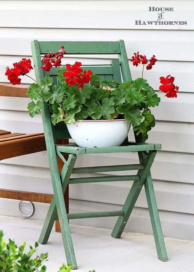 Geraniums on an Old Chair #diy #planter #porch #decorhomeideas