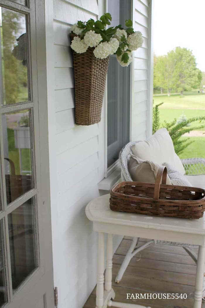 Hanging Baskets on the Wall #porch #wall #decor #decorhomeideas