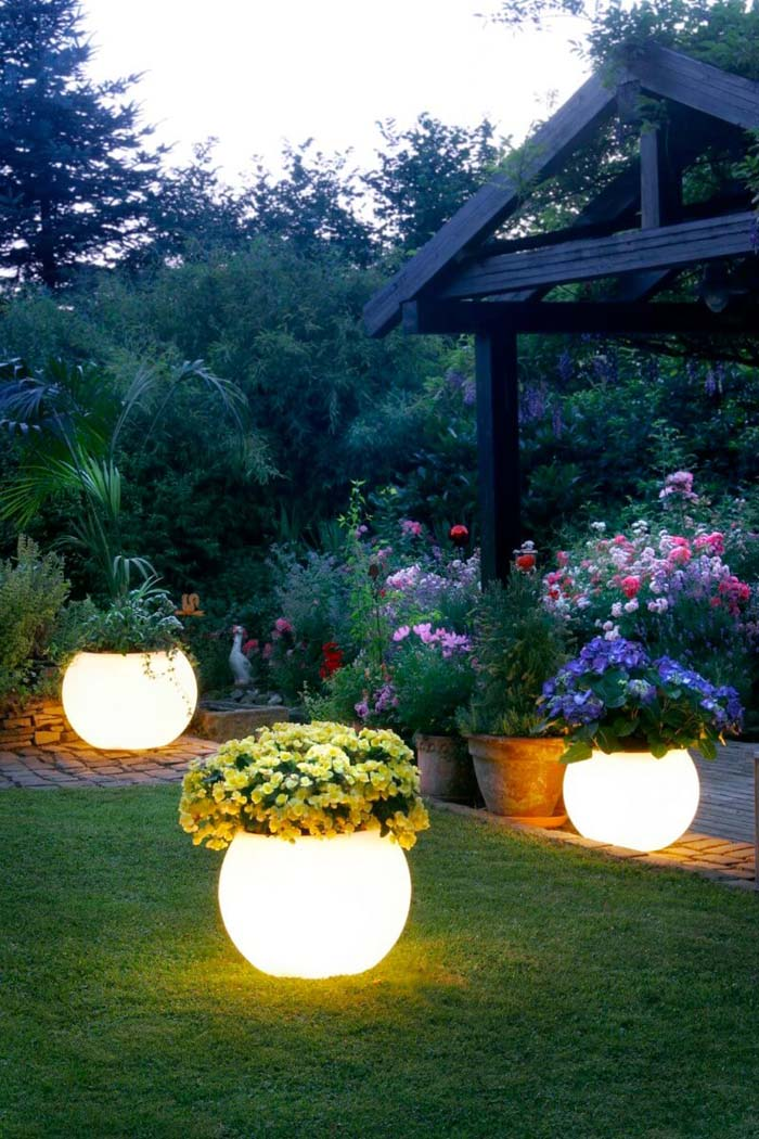 Lighted Planters with Flowers #lighting #landscape #garden #decorhomeideas