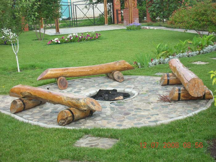 Log Benches Surrounding a Fire Pit #diy #round #firepit #decorhomeideas