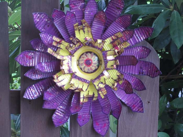 Painted Corrugated Metal Flower #garden #upcycled #diy #decorhomeideas