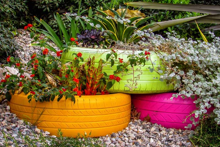 Painted Tire Flower Display #garden #container #planter #decorhomeideas