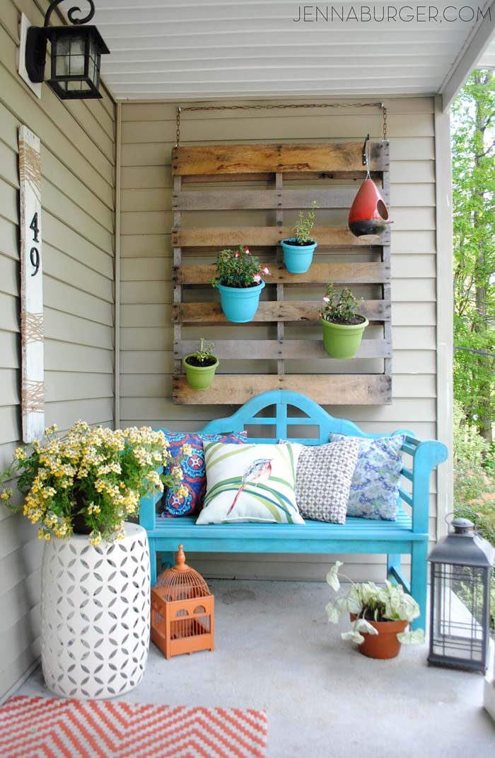 Pallet Hanging from the Wall with Flowers #porch #wall #decor #decorhomeideas