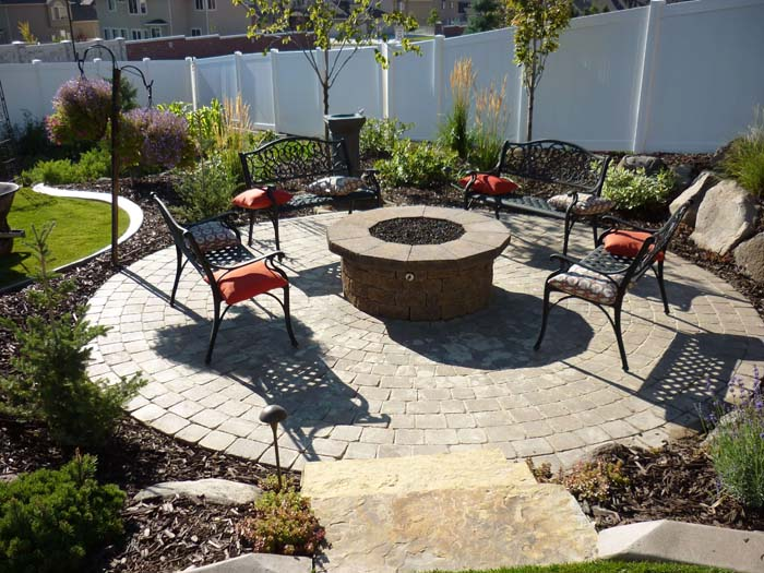 A Raised Pit in a Walled Garden #diy #round #firepit #decorhomeideas