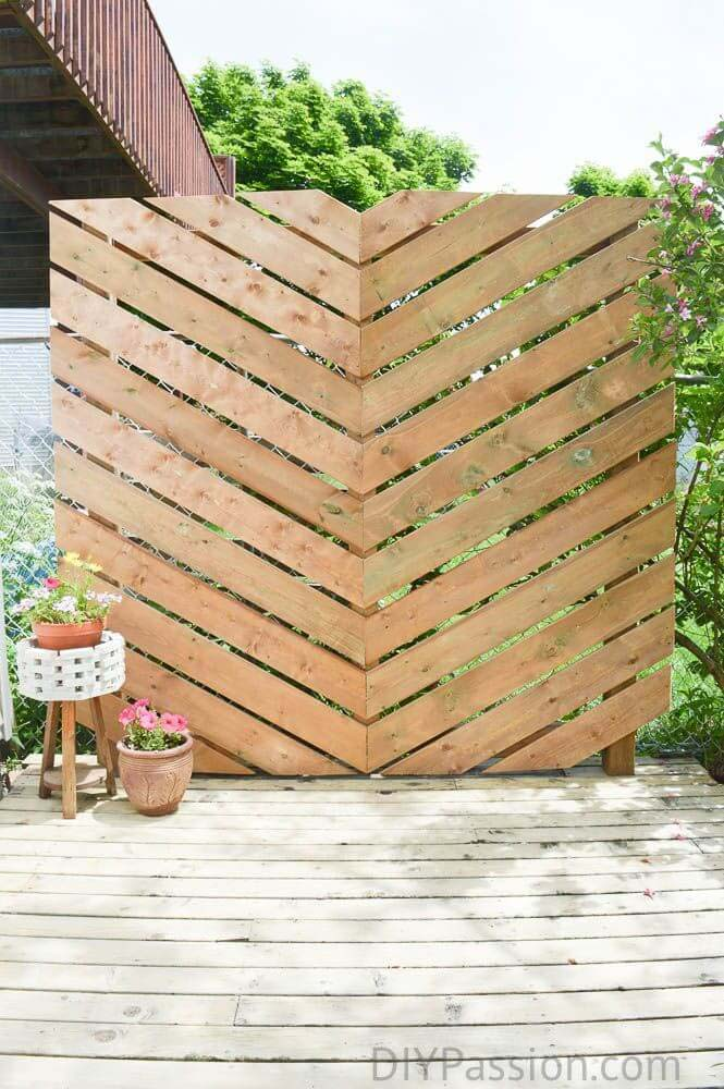 Simple Chevron Outdoor Privacy Wall #diy #outdoor #furniture #decorhomeideas