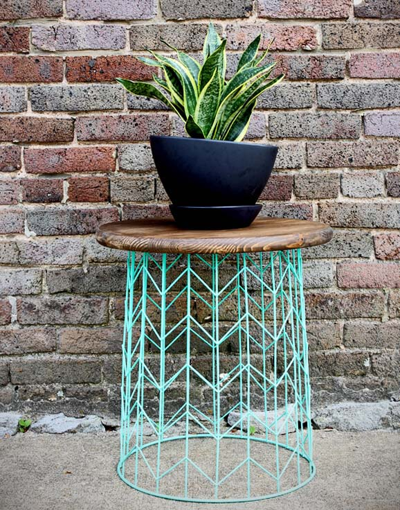 Wire Basket Side Table #diy #outdoor #furniture #decorhomeideas