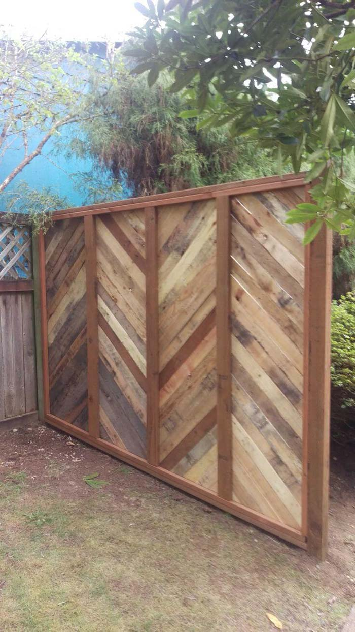 Backyard Fence Made Of Pallets #outdoor #hiding #ideas #decorhomeideas