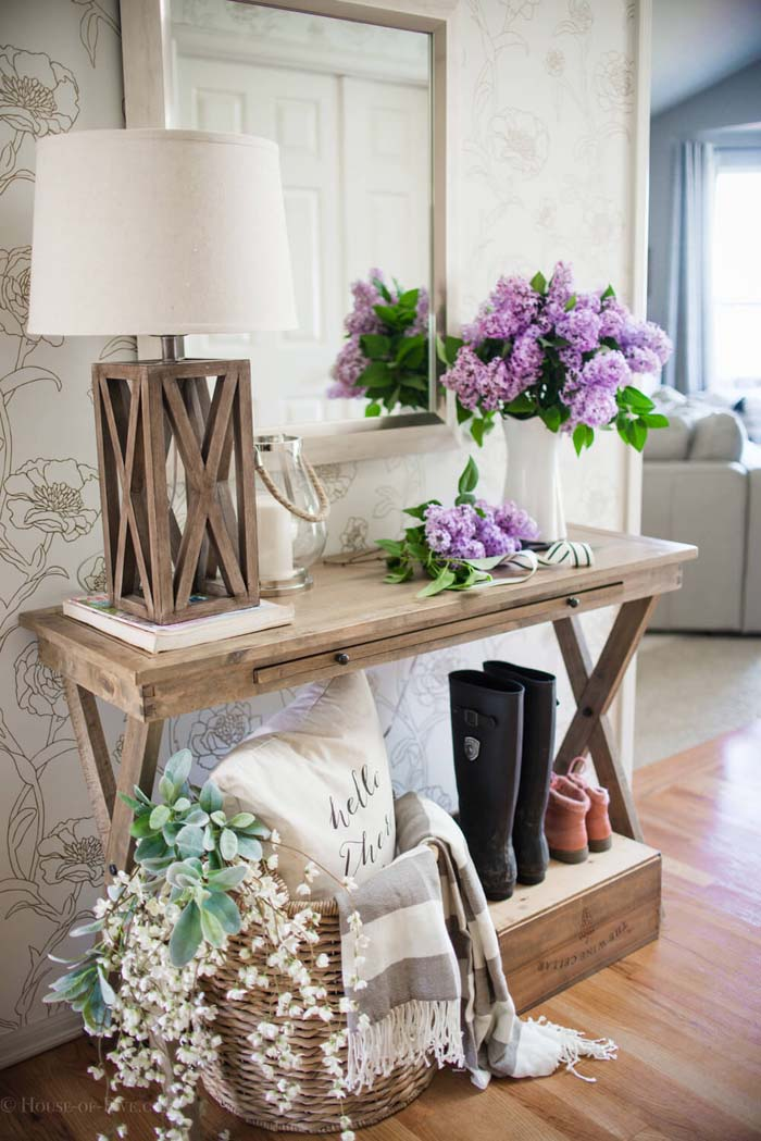 Country Cross Table Holds Lamp and Hydrangeas #small #entryway #decor #decorhomeideas