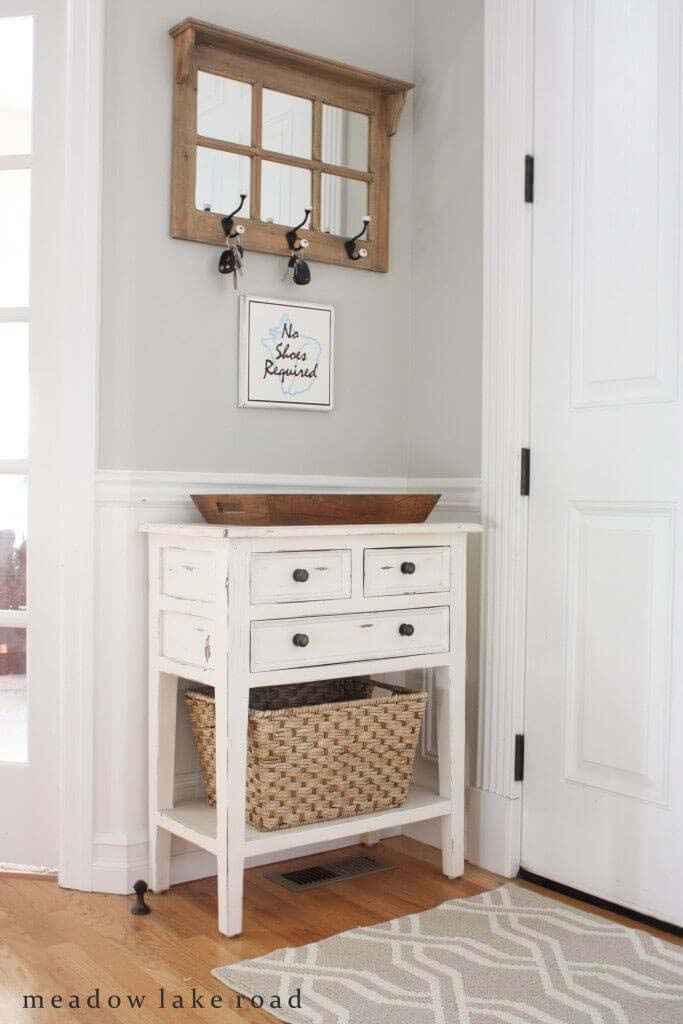 For a Distressed White Country House #entry #table #decorhomeideas