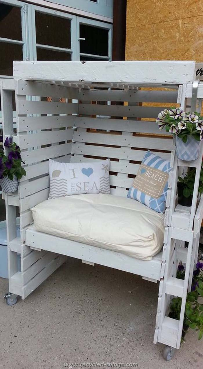 Private Seating Area with Cushions #pallet #garden #furniture #decorhomeideas