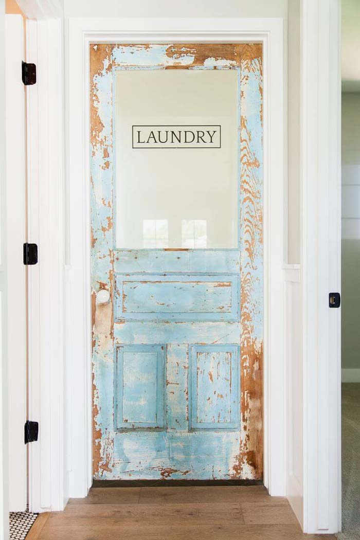 Vintage Laundry Room Door with Decal #laundry #vintage #decor #decorhomeideas