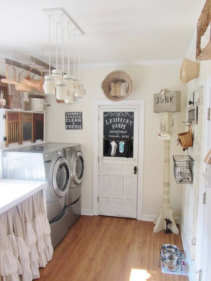 Vintage Laundry Room with Wicker Basket Storage #laundry #vintage #decor #decorhomeideas