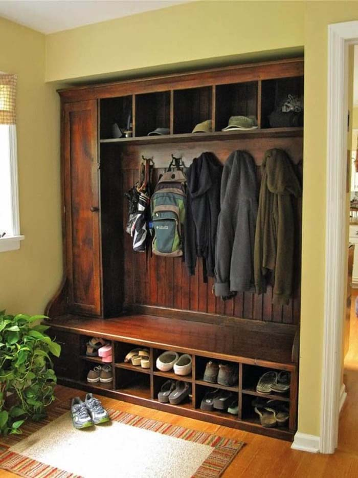 Classic And Functional In Dark Wood #storage #mudroom #organization #decorhomeideas