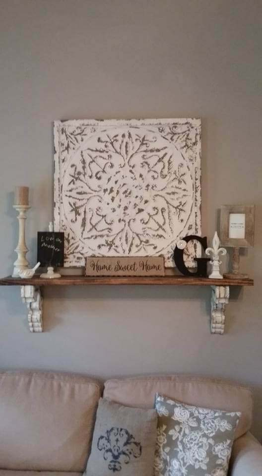 Decorated Plaque with a Small Wall Shelf #rustic #livingroom #walldecor #decorhomeideas