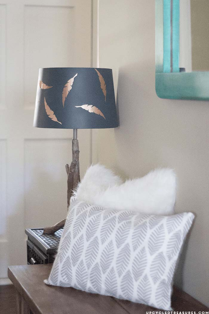 Feather Entryway with Accent Lamp and Pillows #farmhouse #entryway #decor #decorhomeideas