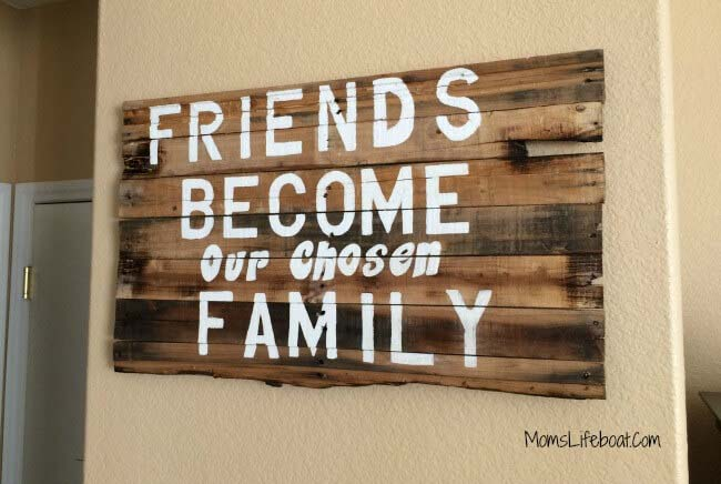 DIY Friends Quote Wood Pallet Project #diy #pallet #sign #decorhomeideas