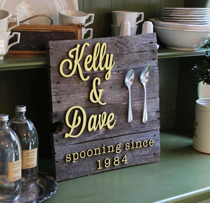 How to Make a DIY Spooning Pallet Sign #diy #pallet #sign #decorhomeideas