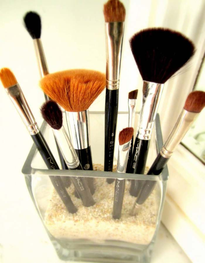 A Pretty Way to Display Makeup Brushes #dollarstore #storage #organization #decorhomeideas