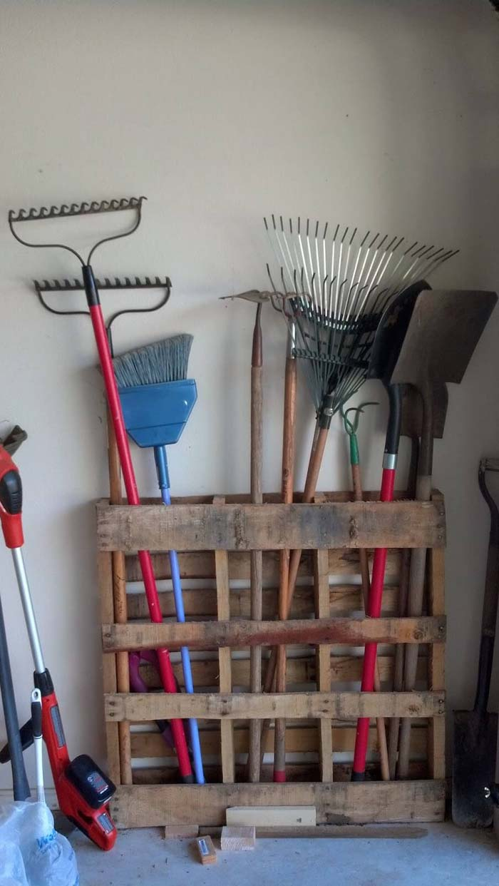 Repurposed Pallet Lawn Care Storage #garage #organization #declutter #decorhomeideas