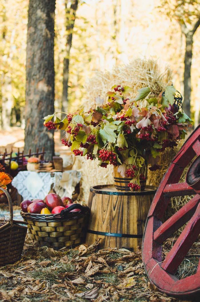 Rich Fall Colors and Rustic Wood Accents #fall #garden #decoration #decorhomeideas