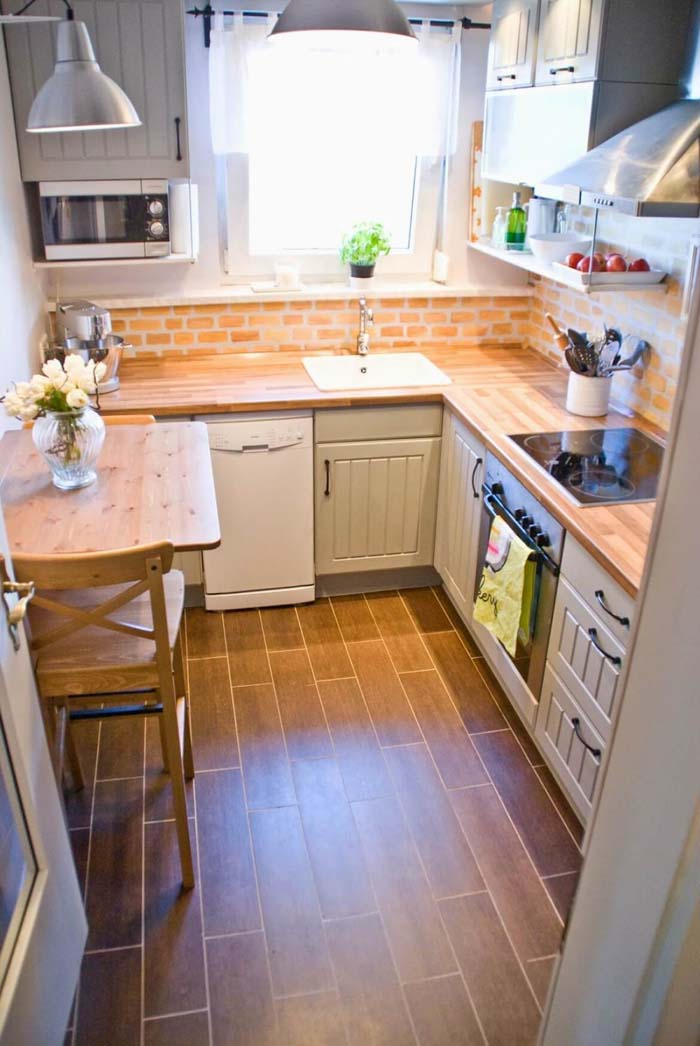 Warm Colors With a Brick Back Panel #small #kitchen #design #decorhomeideas