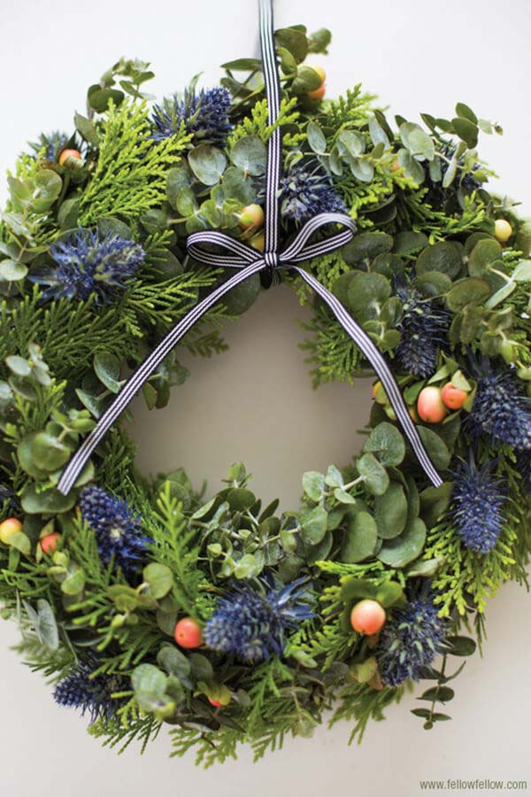 All Natural Friendly Winter Wreath #Christmas #blue #decorations #decorhomeideas