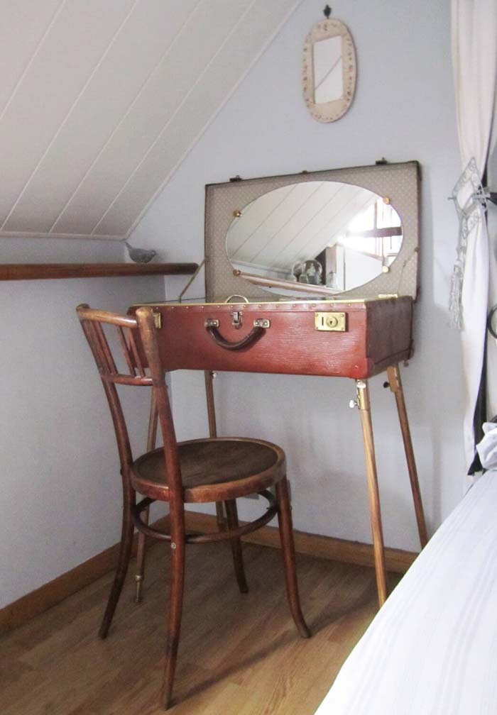 Antique Luggage Vanity Table #bedroom #vintage #decor #decorhomeideas