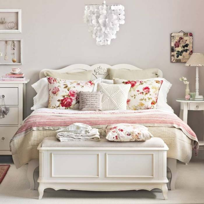 Carved Vintage Bedroom Decoration with Floral Print Pillows #bedroom #vintage #decor #decorhomeideas