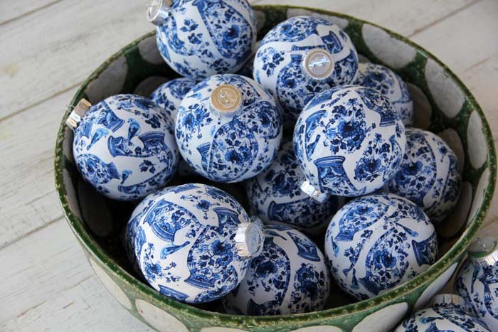 Chinoiserie Chic Inspired Christmas Ornaments #Christmas #blue #decorations #decorhomeideas
