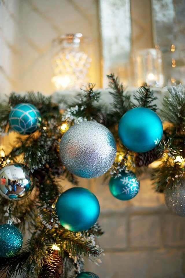 Christmas Mantel In Turquoise #Christmas #blue #decorations #decorhomeideas