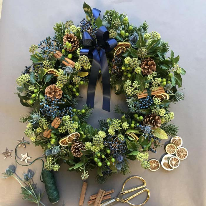 Christmas Wreath With Blue Accent #Christmas #blue #decorations #decorhomeideas