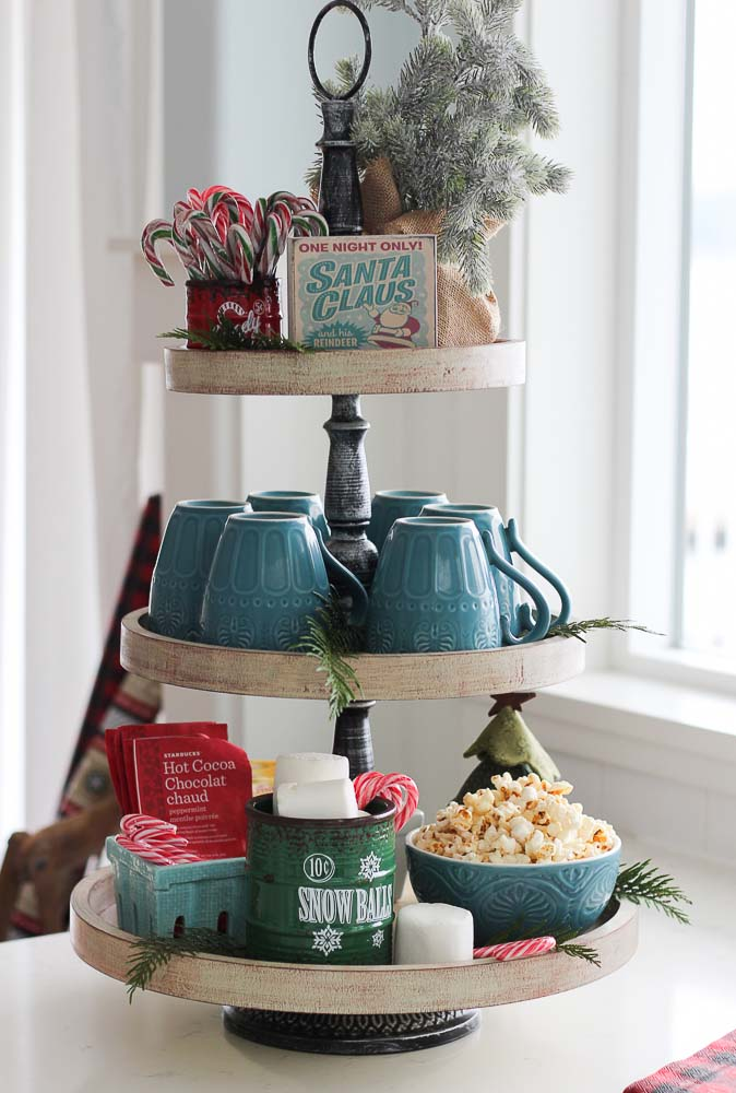 Classic Christmas Tiered Snack Tray #tieredtray #Christmas #decorhomeideas