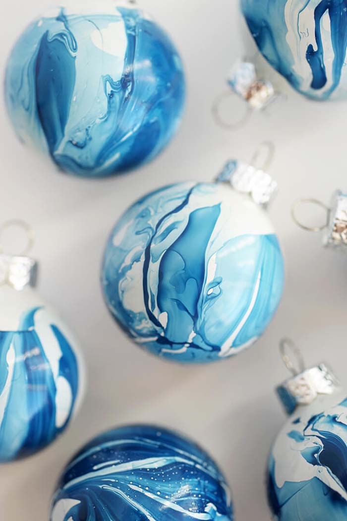 DIY Indigo Marbled Ornaments #Christmas #blue #decorations #decorhomeideas