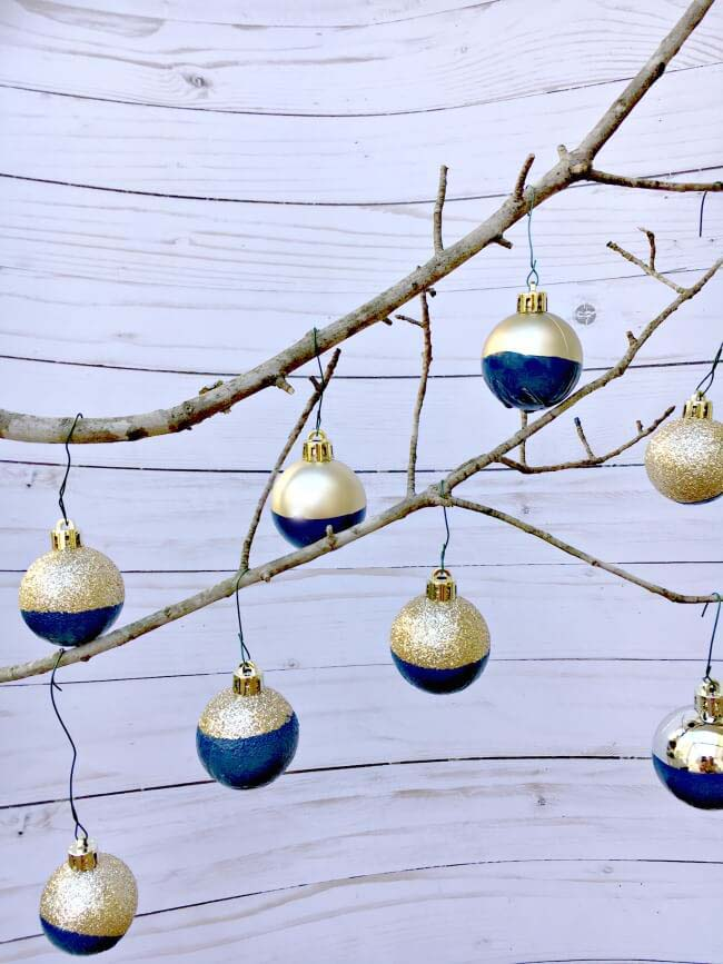 DIY Paint Dipped Ornament #Christmas #blue #decorations #decorhomeideas