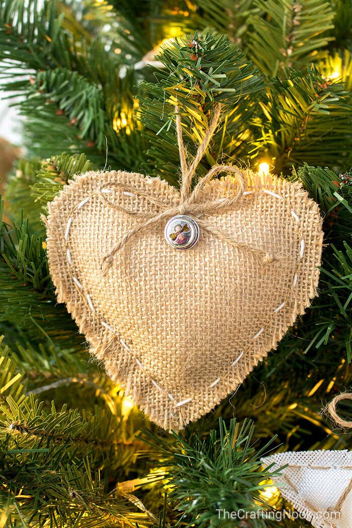 DIY Rustic Burlap Christmas Ornaments #Christmas #rustic #ornaments #decorhomeideas