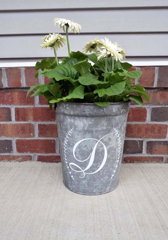 Galvanized Bucket Planter with Personalized Monogram #flowerpot #frontdoor #frontporch #decorhomeideas