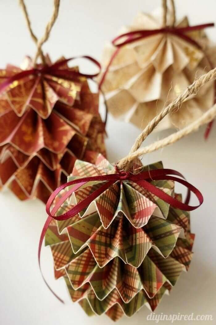 Make Your Own Paper Christmas Ornaments #Christmas #rustic #ornaments #decorhomeideas