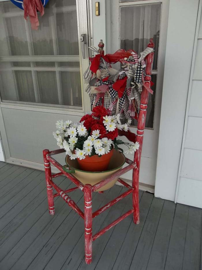 Patriotic Red White and Blue Chair Garland #flowerpot #frontdoor #frontporch #decorhomeideas